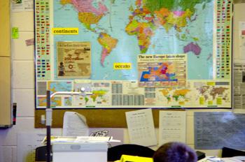 Imagen de una oficina con un mapa mundi