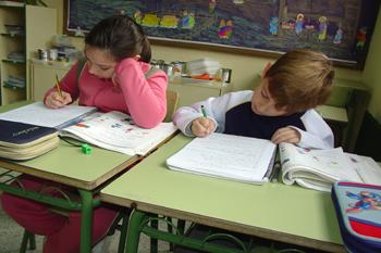 Imagen de dos niños es la escuela